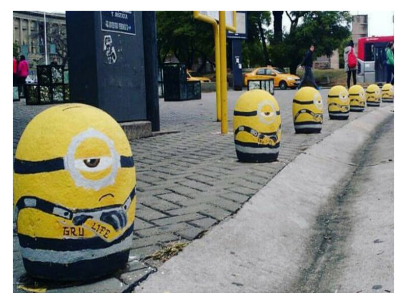 street marketing: bolardos minions